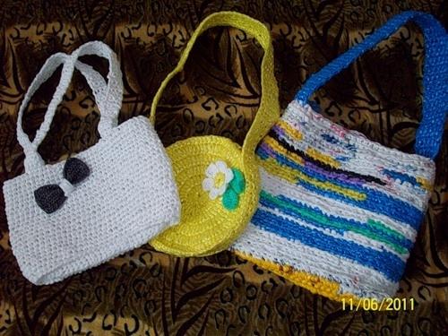 ...больше нравится вязать сумки из полиэтиленовых(пластиковых) пакетов.