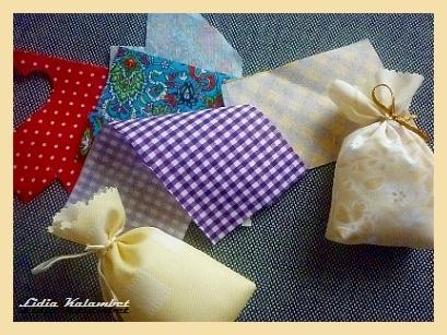И так, мешочки у нас готовы. Приступим к оформлению. Для этого используйте цветные обрезки тканей  которые и выбросить жалко и сшить маловаты.