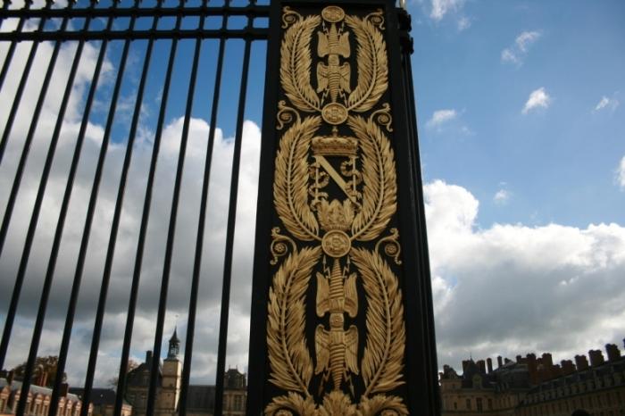 Сам дворец построен королем Франциском I, на базе средневековой крепости 12-го века. Потом его многократно перестраивали и дополняли, в том числе и Наполеон Бонапарт, любивший эту резиденцию.