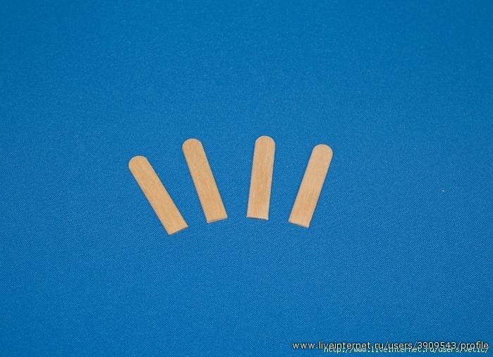 Нам также потребуются 4 боковые стойки (каждая стойка - примерно половина палочки для мороженого).