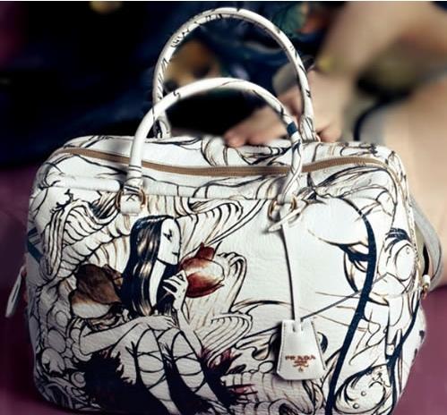 из сумок с рисунком мне очень нравится новая Prada Fairy Bag (ну ооочень...