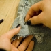 Сделайте ряд отверстий при помощи заклепок. В эти отверстия в дальнейшем надо будет продеть цепочку.
