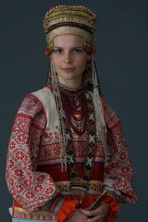 Молодая женщина в праздничном костюме. Село Дорожово, Орловская губ. начало XX в. (коллекция Музея традиционного костюма).
