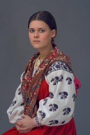 Девушка в костюме. Московская губ., начало XX в. (коллекция Матушкиной Г.А. и Вальковой Т.Р.).