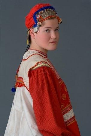 Молодая женщина в праздничном наряде Калужская губ., начало XX в (коллекция Глебушкиной С.А.)