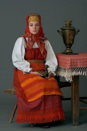 Молодая женщина в праздничном костюме. Костромская губ., начало ХХ в. (коллекция Глебушкина С.А.)