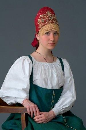 Девушка в праздничном костюме. Село Городец, Нижегородская губ., XIX в. (коллекция Музея традиционного костюма).