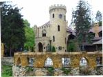 Сегодня это излюбленное место для прогулок и экскурсий. Здесь же расположены популярный ресторан, построенный в виде старинного замка, который в некотором роде повторяет очертания природного и унаследовал его название - «Замок коварства и любви». Здесь также есть и гостиница в таком же романтическом стиле, как и другие здешние постройки..