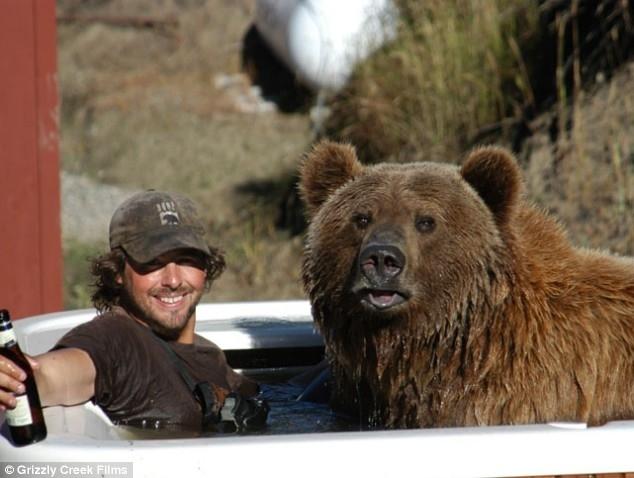 Кейси Андерсон и Брутус – лучшие друзья и им не мешает даже то, что Брутус – 800 фунтовый медведь гризли!