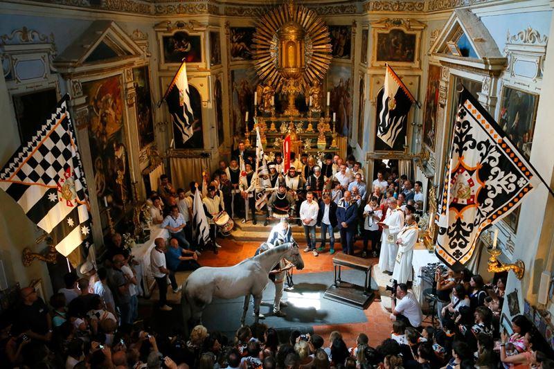 Церемония благословения лошади перед скачками Палио в Сиене, Италия