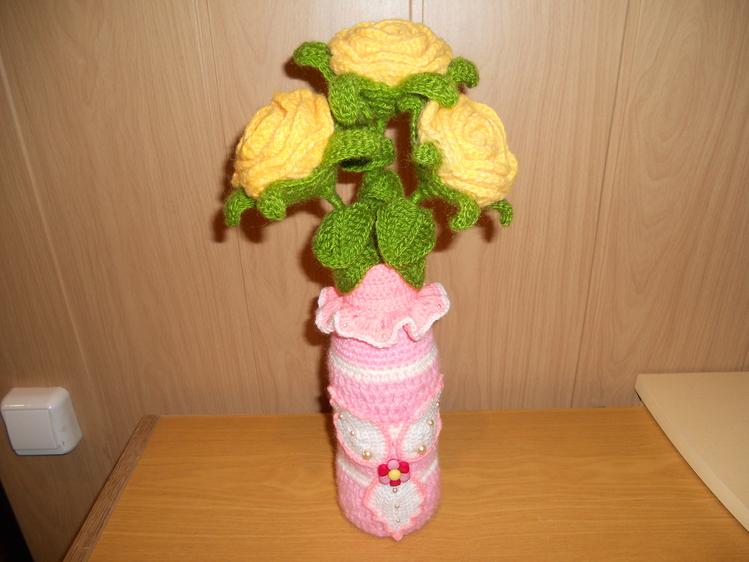 Вязаные цветы в вазе крючком