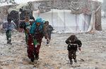 [+] Увеличить - Сирийские беженцы бегут в укрытие от снега в зимний шторм в Долине Беки, Ливан. Mohamed Azakir/Reute