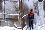 [+] Увеличить - Сирийский мальчик беженцев стоит вне палатки в долине Бекаа. AP