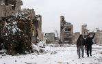 [+] Увеличить - Прогулка мимо поврежденных зданий в Алеппо. Saad Abobrahim/Reuters