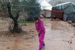 [+] Увеличить - Сирийская девочка ходит возле ее палатки в лагере для беженцев в Ketermaya, Ливан. Mohammed Zaatari/