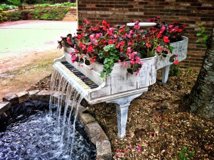 А из старого рояля можно сделать фонтан для сада.