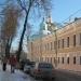 В здании направо-музей книгопечатания, впереди-Богоявленский собор