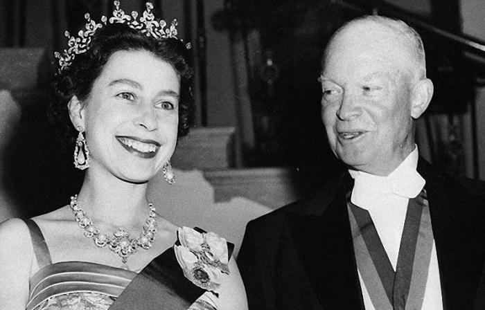 Королева Елизавета и президент США Дуайт Эйзенхауэр во время банкета в ее честь в Белом доме, 20 октября 1957 года.