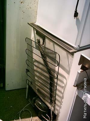 Для начала необходимо отыскать неисправный холодильник, а именно потребуется его змеевик, который закреплен на задней стенке.