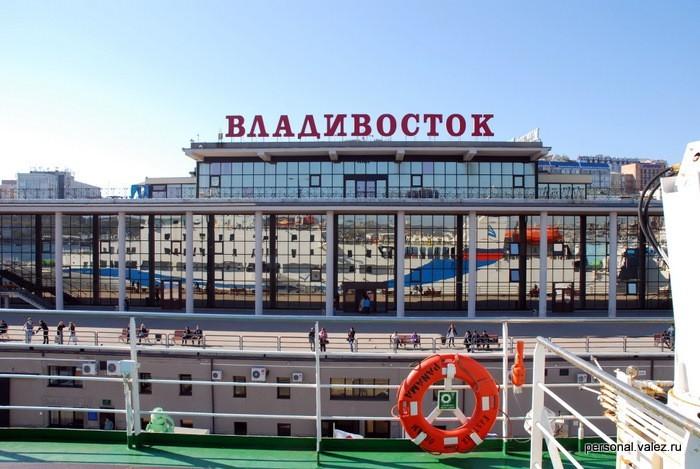 Морской порт с парома, так встречает и так провожает город