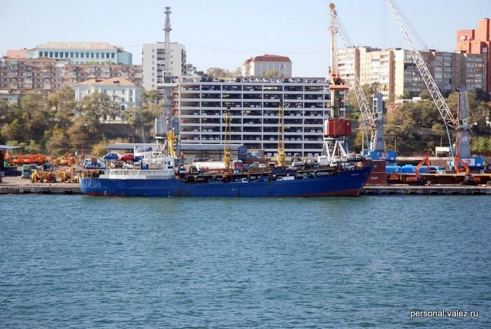 Паром с нерастаможенными машинами и надстраеваемая на этаж ежегодно парковка с ними же Наш корабль под панамским флагом