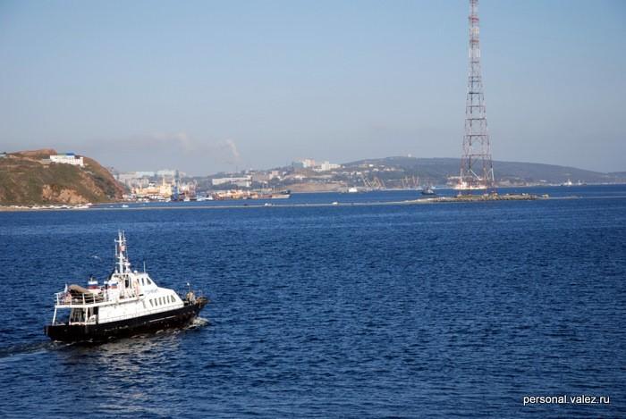 Во время отлива до острова Русский можно добраться по появляющейся над водой косе, достаточно широкой для проезда автомобиля. Местные жители ездят купаться и отдыхать на пляжи острова