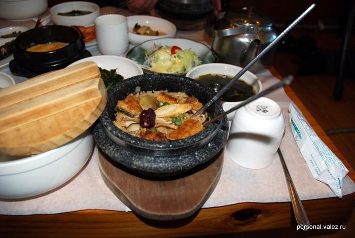 Рис с угрем. Пересыпаем в белую тарелку,в грязный горшок воды из чайника и будет суп