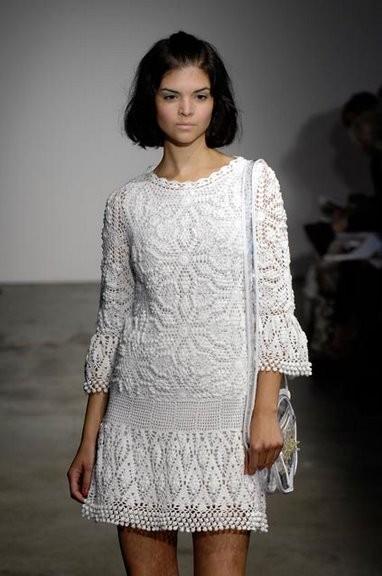 Платье белое (крючок, мотивы).  Размещено с помощью приложения.