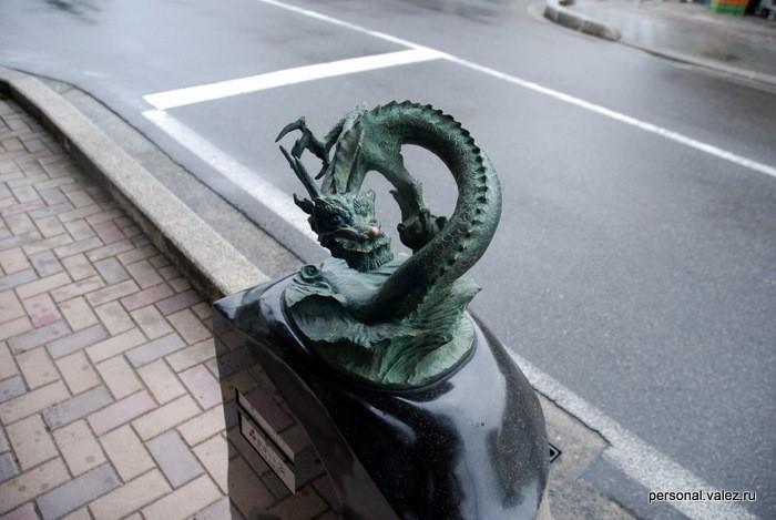 Японцы ходят с книжкой и отмечают ёканов, которых нашли