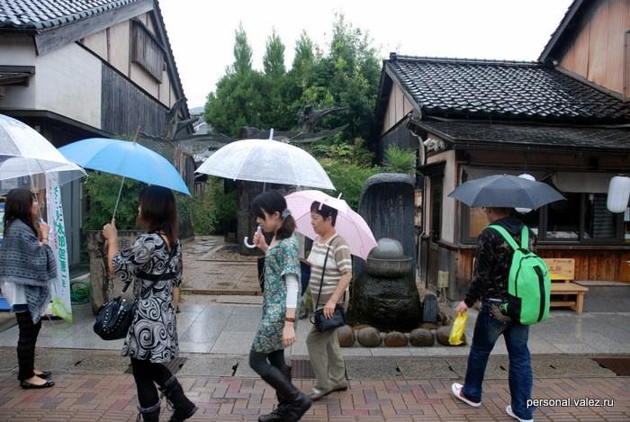 Весь день шел дождь, купили себе японские зонты