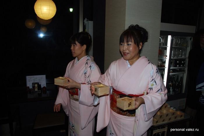 Сакэ помогают разносить приглашенные гейши
