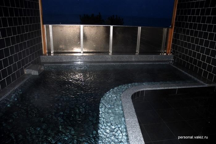 Горячая ванна на балконе, во время купания идет дождь, который капает с крыши