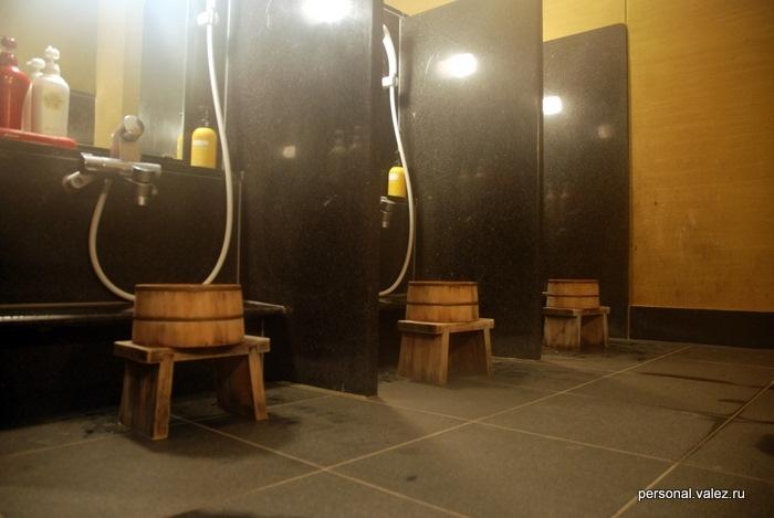 До и после онсэна - принимаем душ. Японцы делают это сидя на табуреточках, по мне так неудобно