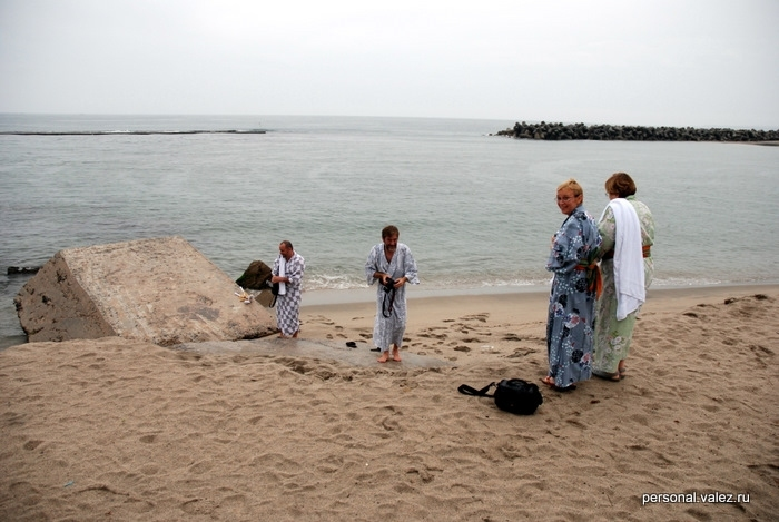 Мне было холодно в куртке и кофте, но наши горячие ребята полезли купаться, вода, сказали, очень теплая