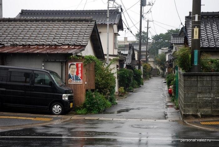 А рядом частные дома, крыши всегда в традиционном стиле