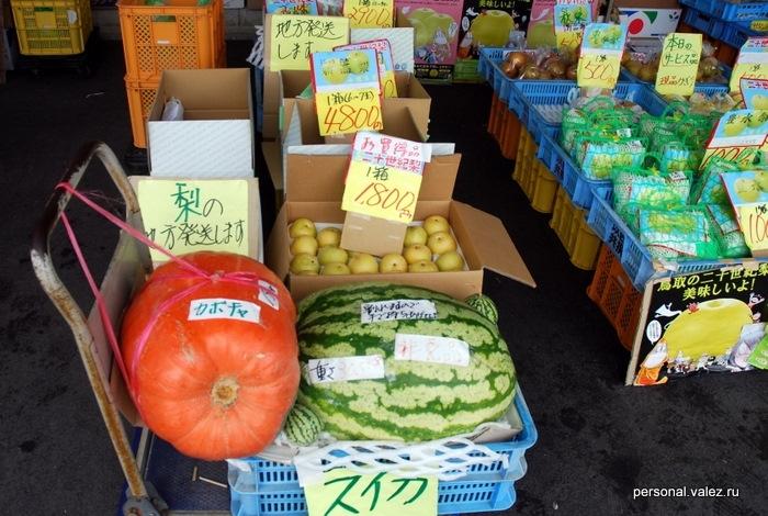 Первый и последний раз вижу продажу фруктов, большей частью - груша сорта