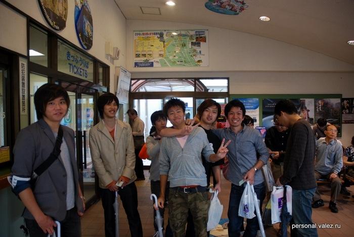 Японские юноши тоже ждут поезда, любят фотографироваться, знают слово