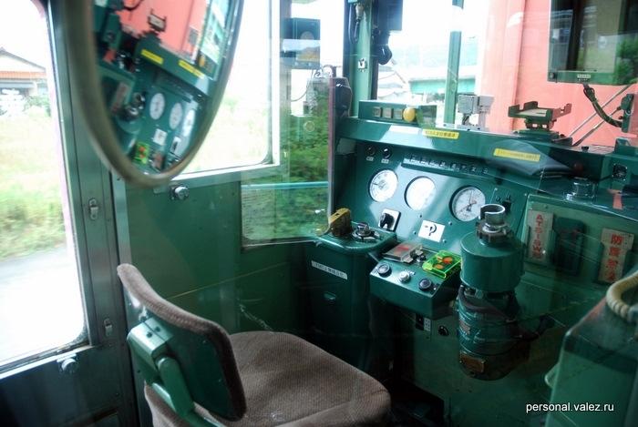 Пустое место машиниста, как видно рукоятку руля он забирает с собой и носит из кабины в кабину