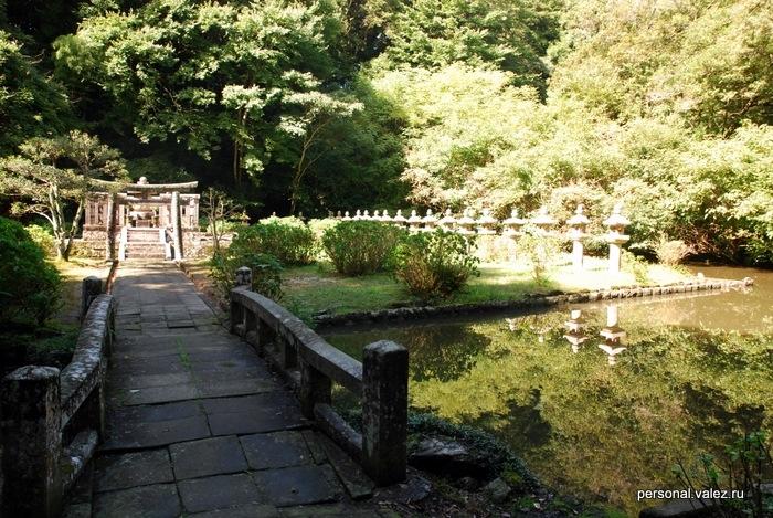 Еще гробница, к ней ведет мост. Сами тела умерших японцы сжигают, прах хранят дома или в морге, а на кладбище ставят просто памятник