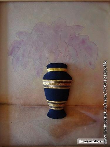 На ткани приблизительно нарисовала карандашом контур и расписала фон акрилловыми красками для батика. Сделала вазу (картон плюс синтепон обтянула тканью и пришила тесьму)