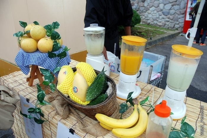 На фестивали предлагают также свежевыжатые соки из замечательных фруктов, которые выглядят как наши,только пахнут очень сильно и вкусно