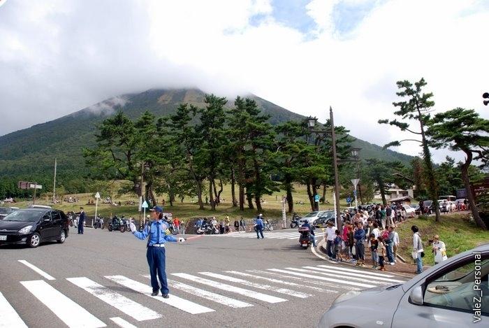 Вот еще регулировка на фоне горы Дайсэн, местной Фудзиямы