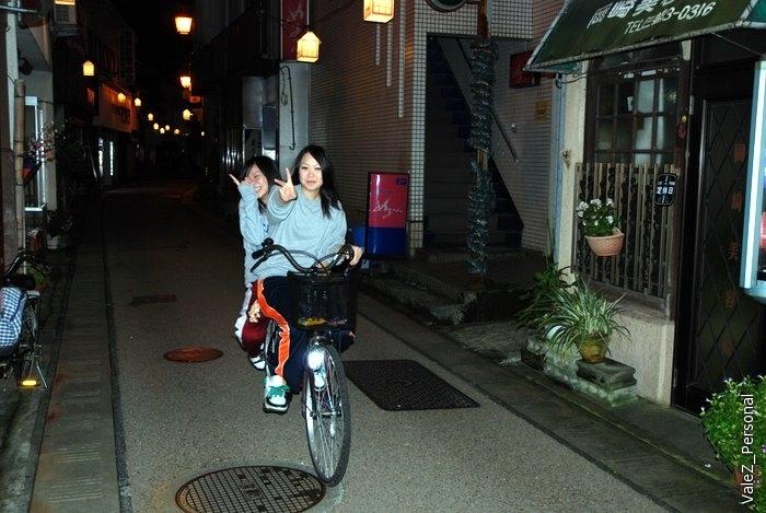 Японки катаются по двое на велосипеде