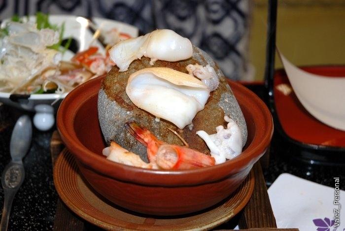 Для того, чтобы мы могли сами на камне поджарить эти два кусочка кальмара - камни калили на газе 2 часа, это очень дорого для Японии
