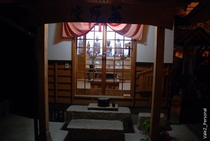 А это храм рядом с местом, где можно было помочить ноги
