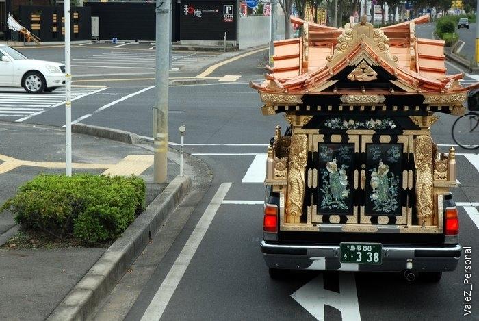 Из окна автобуса я первый заметил необычный автомобиль-храм, вероятно это катафалк
