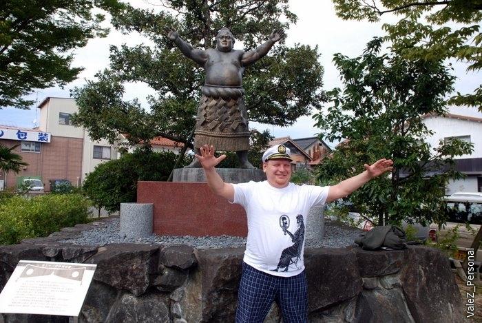 Статуя Якодзуны или другого известного борца сумо, наш ответ - Вадим Штепа, богатырь из Карелии