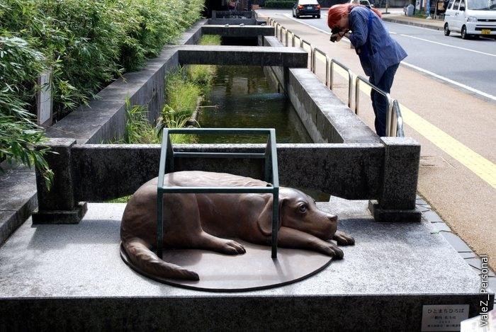 Что это за собака и почему здесь лежит - ни гид, ни японцы не смогли вспомнить