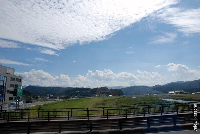 Японское небо через окно автобуса