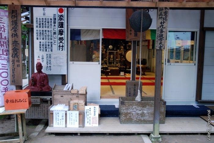Храм, традиционно отверстия куда кидать денежки, алтарь для молитвы и гонг, чтобы их услышали на небе
